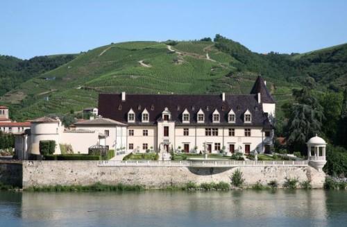Le Château d'Ampuis, propriété de la famille Guigal, en plein coeur de la Côte-Rôtie.