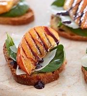 crostinis-aux-kakis-persimon-grilles-et-fromage-manchego
